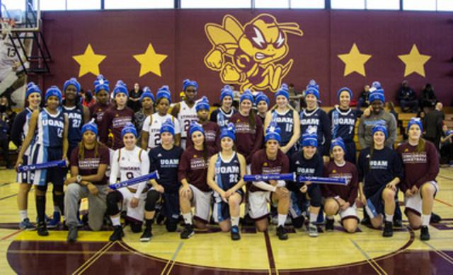 Les équipes de basketball féminin des Stingers de Concordia et des Citadins de l'UQAM rassemblées en appui à l'initiative Bell Cause pour la cause. (Groupe CNW/Bell Canada)