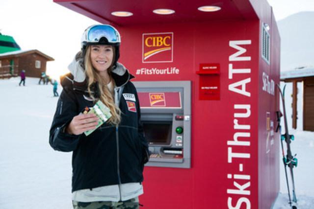 Ashley McIvor, championne du monde et médaillée d'or olympique, fait l'expérience du guichet automatique pour skieurs de la Banque CIBC au sommet du mont Whistler, à la station de ski Whistler Blackcomb. (Groupe CNW/Banque CIBC)