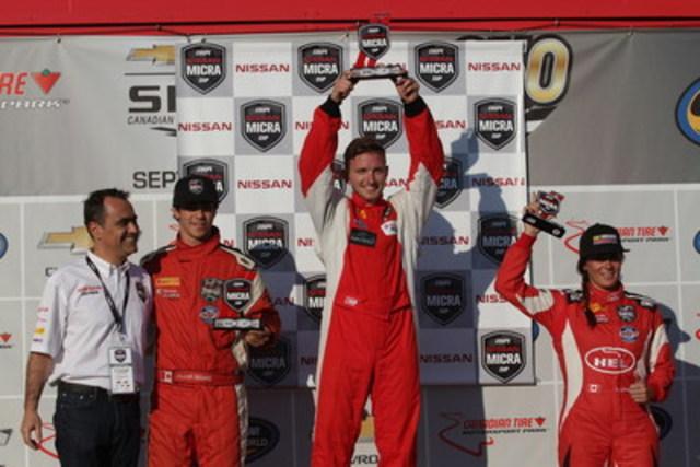 Stefan Rzadzinski sur le podium de la Coupe Nissan Micra après une première place au Canadian Tire Motorsport Park en Ontario, le 4 septembre 2016 (Groupe CNW/Nissan Canada Inc.)
