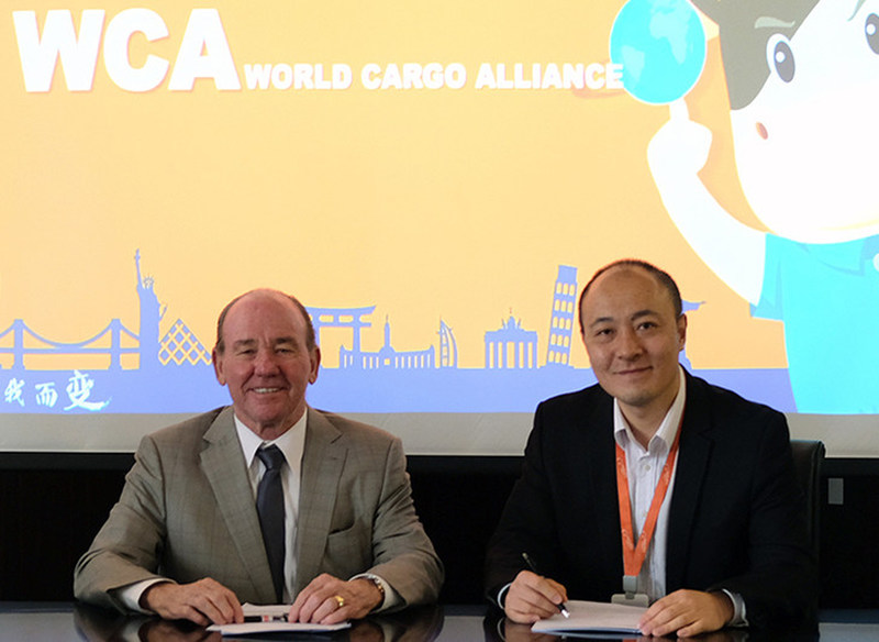 David Yokeum, Chairman, WCA (left) signs the cooperation agreement with Steve Su, Director, Alibaba Logistics in Hangzhou, China