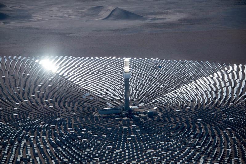 Las instalaciones de energia solar Crescent Dunes de SolarReserve -que operan comercialmente en Nevada, EE. UU.- brindan 110 megavatios de energia mas 1.100 megavatios hora de almacenamiento de energia (PRNewsFoto/SolarReserve)