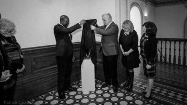 Le gouvernement du Québec a procédé au dévoilement d'une œuvre sculpturale à la mémoire des victimes québécoises des attentats de Ouagadougou au Burkina Faso. (Groupe CNW/Cabinet du premier ministre)