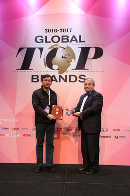 Patrick Kenealy, Managing Director of IDG Ventures USA, Awarded the prize to Jesse Shi, Senior Vice President of Vivo at CES