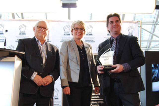 Sandra Lemaitre, directrice des relations publiques de Mazda Canada, recevant le prix de la Meilleure nouvelle technologie – Innovation 2017 de l'Association des journalistes automobiles du Canada (AJAC). Photo : Association des journalistes automobiles du Canada (Groupe CNW/Mazda Canada Inc.)