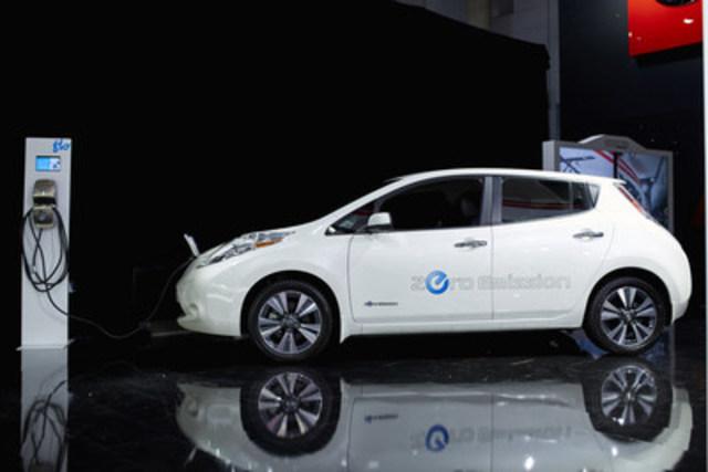 La Nissan LEAF 2017 et la borne de recharge résidentielle de FLO (Groupe CNW/Nissan Canada Inc.)