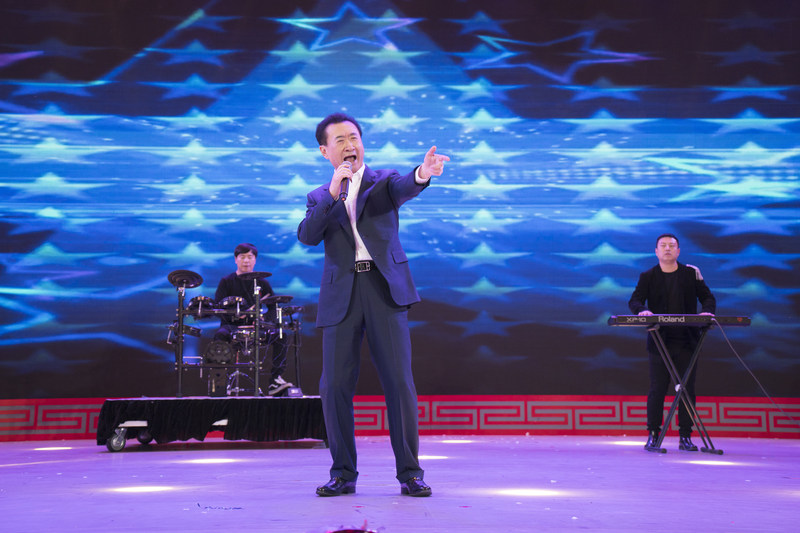 """The Chairman of Wanda Group, Wang Jianlin, sings the rock song """"Nothing to my name"""" at the annual gala after announcing the successful transition of The Group."""