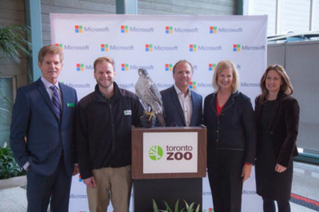 De gauche à droite: Robin Hale, Directeur des opérations du Zoo de Toronto; Andy Cockburn, Gardien du Zoo de Toronto; Marc Seaman, Directeur national de l'éducation pour Microsoft Canada; Janet Kennedy, Présidente de Microsoft Canada; Michelle Holland, Mairesse de Toronto. (Groupe CNW/Microsoft Canada Inc.)