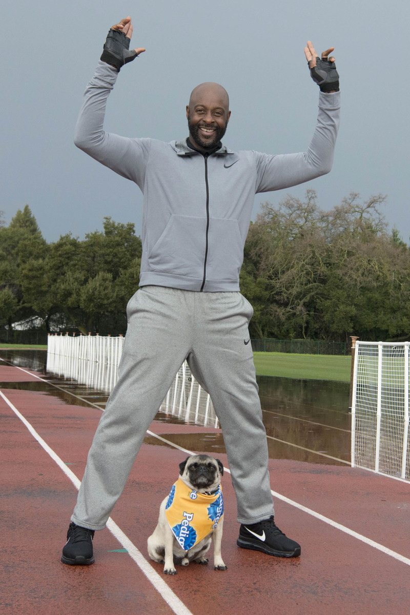 Hall of Fame wide receiver Jerry Rice and his dog Simba team up with the PEDIGREE(r) Brand to get in the Puppy Bowl spirit.