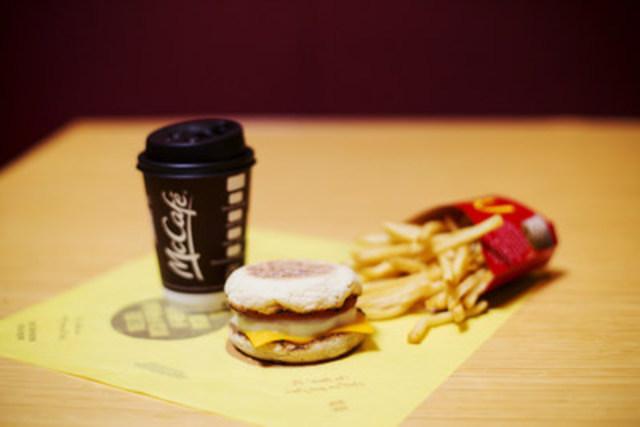 Le sandwich Œuf McMuffin de renommée mondiale de McDonald's accompagné des frites emblématiques de la marque et d'un café McCafé, offerts ensemble dès le 21 février (Groupe CNW/McDonald's Canada)