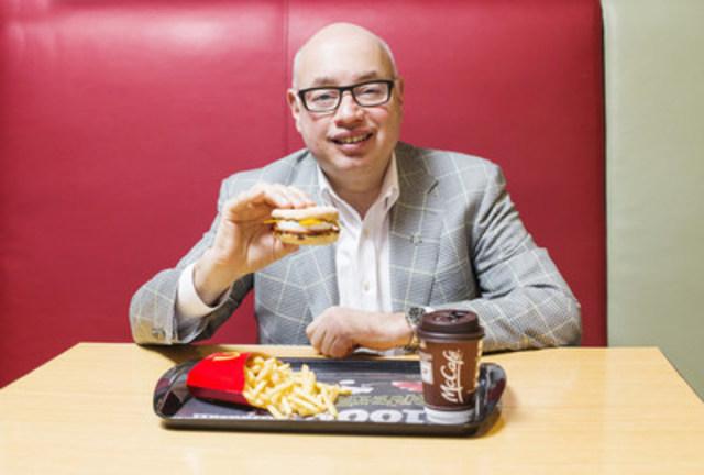 Il est passé 11 h et Jacques Mignault, chef de l'Exploitation de McDonald's du Canada, savoure un sandwich Œuf McMuffin. Le 21 février, la Sélection déjeuner toute la journée sera offerte partout au pays. (Groupe CNW/McDonald's Canada)