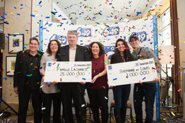 Les quatre sœurs et frères Lachance, qui ont gagné 25 millions de dollars au Lotto 6/49, et Mme Stéphanie Boucher Lacroix et M. Louis Laroche, qui ont mis la main sur 1 million de dollars au Lotto 6/49 (Groupe CNW/Loto-Québec)