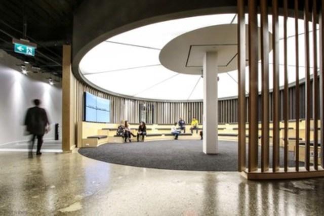 La rotonde: Lieu de rencontre central, la Rotonde est le point de départ de l'expérience des visiteurs à l'Usine numérique de la Banque Scotia. Des écrans numériques ultra haute définition OLED y sont installés, les premiers du genre au Canada. (Groupe CNW/Scotiabank)