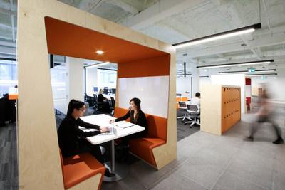 Estaciones de colaboracion: Las salas y areas de reuniones estan disenadas para fomentar la colaboracion al maximo, con entornos abiertos y mucho espacio para escribir en los pizarrones de toda la Fabrica Digital de Scotiabank.