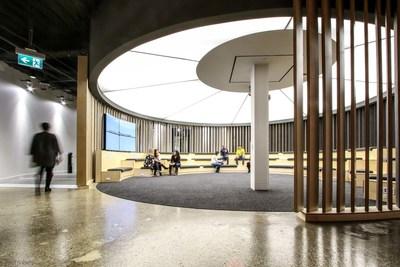 La Rotonda es el espacio de reunion central y el punto de partida para la experiencia de los visitantes de la Fabrica Digital de Scotiabank. El espacio tiene pantallas digitales con tecnologia OLED 4K, las primeras de su tipo en Canada.