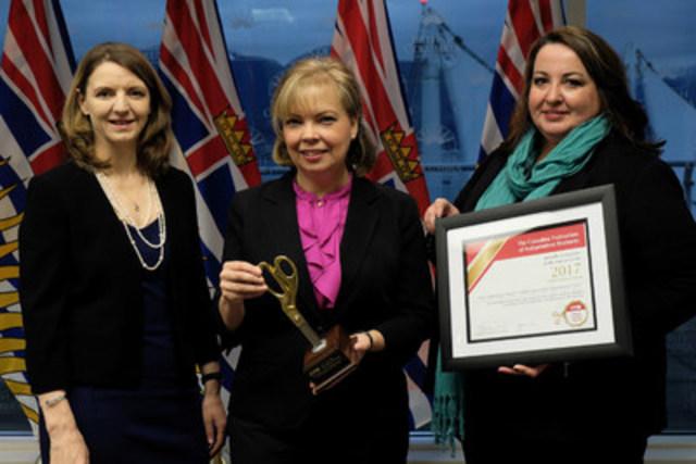 Laura Jones, vice-présidente exécutive (à gauche) et Samantha Howard, directrice des affaires provinciales de la FCEI, remettent le prix Coupe-paperasse d'or 2017 à Coralee Oakes, ministre des Petites Entreprises et de l'Allègement réglementaire en Colombie-Britannique. (Groupe CNW/Fédération canadienne de l'entreprise indépendante)