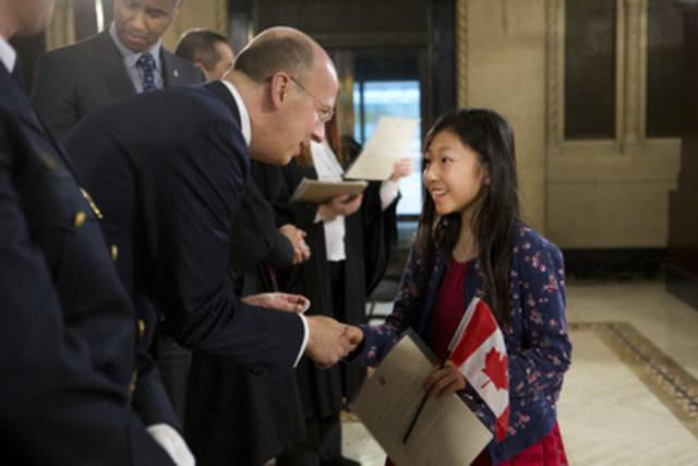 Victor Dodig, président et chef de la direction de la Banque CIBC, souhaite la bienvenue à l'un des nouveaux citoyens canadiens lors de la cérémonie de citoyenneté qui a eu lieu à Toronto (Groupe CNW/Banque CIBC)