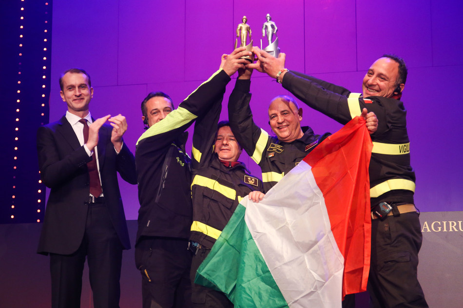 Marc Diening, CEO of Magirus (far left) with the Firefighting Team of the Year 2016 - The Firefighting teams from Italy, that helped during the series of earthquakes in central Italy.