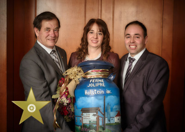 From left to right: Mr Serge Riendeau, president of Agropur, accompanied by Ms. Marie-Josée Turcotte and Mr. Régis Lepage from Jolipré Holstein Farm (CNW Group/Agropur)