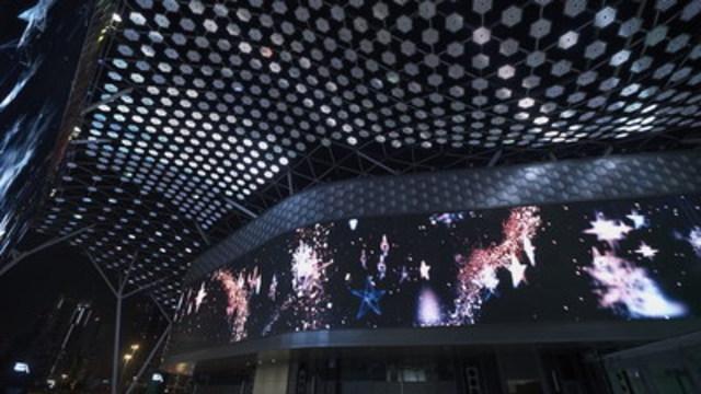 FLOAT4 commence 2017 en grand à Dubaï, avec un tout nouveau spectacle multimédia alliant mapping vidéo, projection sur écran d'eau, canopée numérique et expérience sonore (Groupe CNW/Float4)