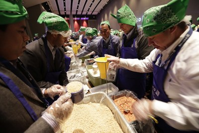 United Airlines Leadership Team Flies Together to Fight Hunger