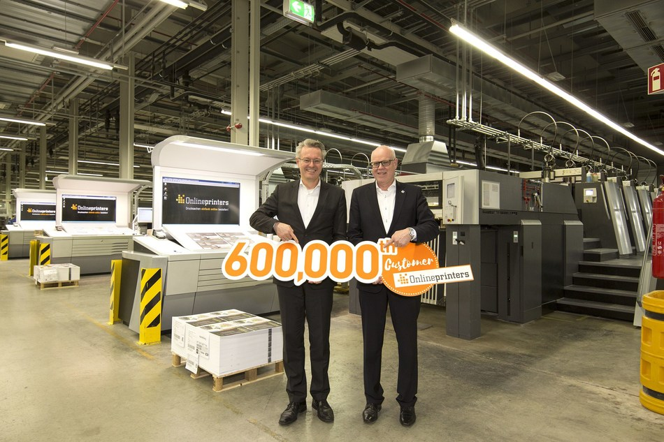 January 2017 sees Onlineprinters welcome its 600,000th customer. The company increased its client base by 100,000 new customers in one year. Rainer Hundsdörfer (right), CEO of Heidelberger Druckmaschinen AG, congratulates Michael Fries, CEO of Onlineprinters GmbH. (PRNewsFoto/Onlineprinter GmbH)