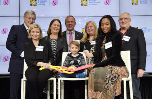 La fusion de nos deux entités: Jaxson Tugnett, 5 ans, survivant de cancer, se joint à Nadège St-Philippe, survivante de cancer; à l'honorable Jane Philpott, ministre de la Santé; Peter Gilgan, philanthrope (arrière centre); au Dr John Bell, chercheur; à Lynne Hudson, présidente & chef de la direction de la Société canadienne du cancer (SCC); à Robert Lawrie, président du C.A. de la SCC; et à Christina Kramer, VP à la direction de la CIBC, pour serrer le nœud de la fusion entre la SCC et la FCCS. (Groupe CNW/Canadian Cancer Society (National Office))