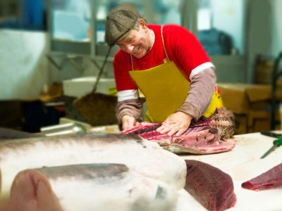 Robert DiGregorio at the Fulton Fish Market.  Preparing only the freshest selections for shipment direct to businesses and consumers.