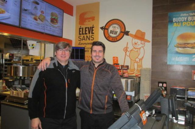 Denis Pérez (gauche) avec son fils Tim, responsable des opérations des trois restaurants A&W qu'ils détiennent ensemble (Groupe CNW/Services alimentaires A&W du Canada Inc.)