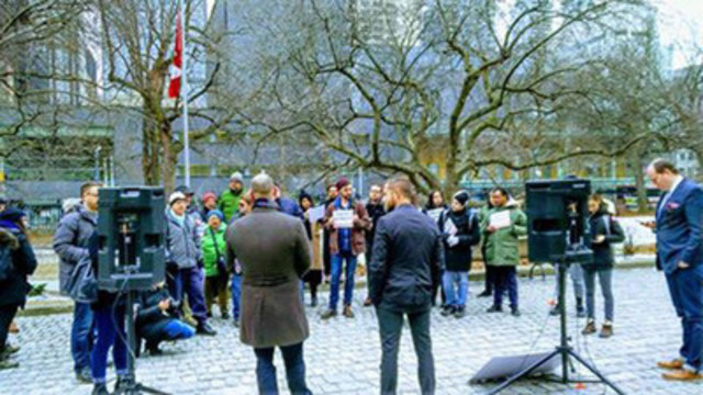 VICE journalist Ben Makuch addresses a crowd outside the Toronto courthouse. (CNW Group/Canadian Journalists for Free Expression)