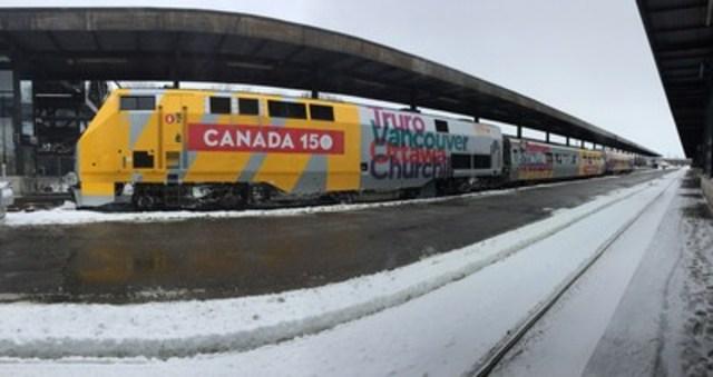 VIA Rail invite les voyageurs à prendre la voie des célébrations du 150e du Canada. L'entreprise a dévoilé aujourd'hui ses couleurs pour souligner les festivités de la prochaine année. (Groupe CNW/VIA Rail Canada Inc.)