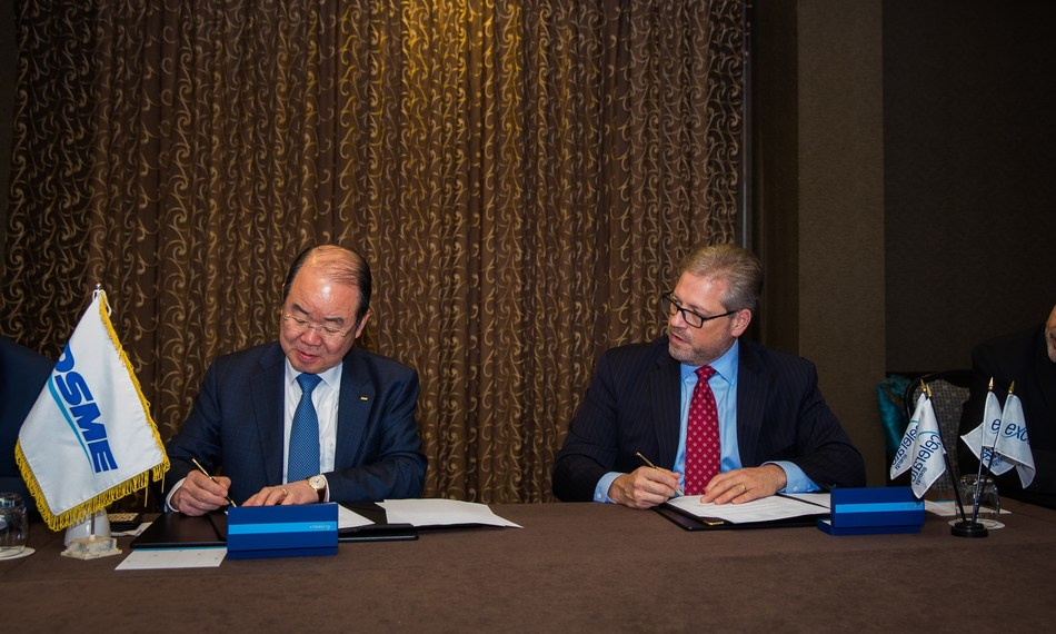 DSME CEO Sung Leep Jung and Excelerate CEO Rob Bryngelson signing agreement for seven FSRUs.