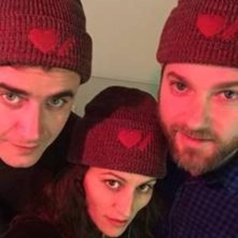 Les membres du trio musical Dragonette prennent la pose avec la tuque Cœur + AVC Roots pour afficher leur soutien au Mois du cœur. (Groupe CNW/Fondation des maladies du cœur et de l'AVC)