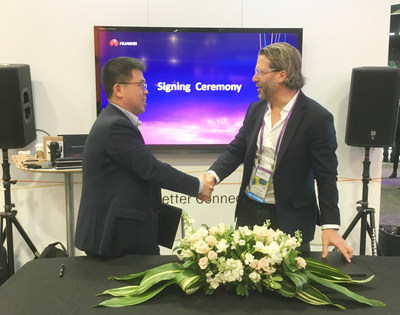 Liu Lizhu (Left/Right), General Manager of Security Gateways of Huawei, and Travis Witteveen (Left/Right), CEO of Avira, are signing the MoU.