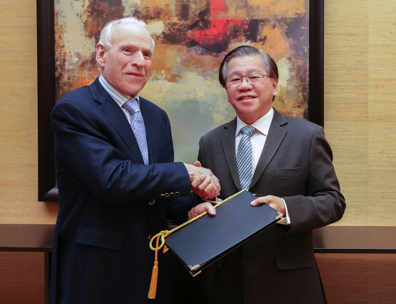 Mr. Howard Ruby (left), Chairman Emeritus of Oakwood Worldwide, and Mr. Chua Tiow Chye (right), Group Chief Investment Officer and Regional Chief Executive Officer, North Asia & New Markets of Mapletree Investments, at the signing ceremony to mark the start of a new chapter for Oakwood Worldwide under Mapletree ownership.