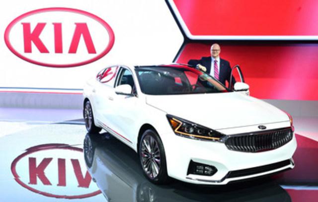 Ted Lancaster, vice-président et chef de l'exploitation de Kia Canada, aux côtés de la toute nouvelle Kia Cadenza 2017 au Canadian International Auto Show. (Groupe CNW/KIA Canada Inc.)