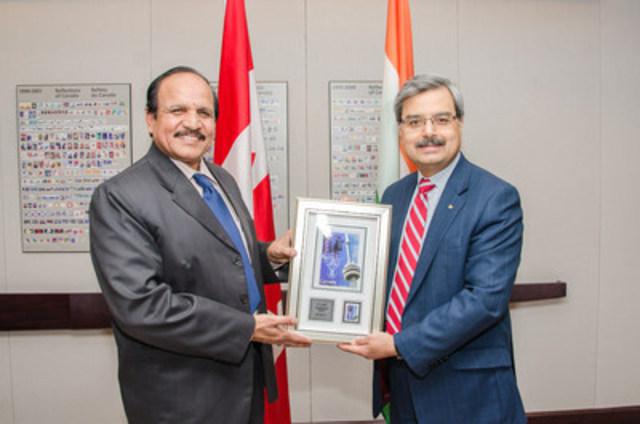 M. B.V. Sudhakar, secrétaire au ministère des Postes du gouvernement indien (à g.), est accueilli par Deepak Chopra, président-directeur général de Postes Canada, à l'occasion de rencontres bilatérales historiques. (Groupe CNW/Postes Canada)