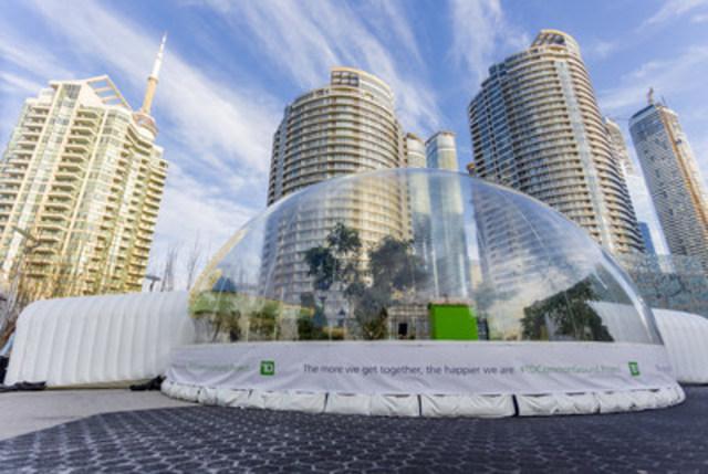 Des familles canadiennes échappent momentanément à l'hiver à l'intérieur du Dôme vert TD au Harbourfront Centre à Toronto dans le cadre du lancement de #EspacesPourTousTD. Pour souligner le 150e anniversaire du Canada, la TD revitalise plus de 150 espaces verts publics partout au pays. (Groupe CNW/Groupe Banque TD)