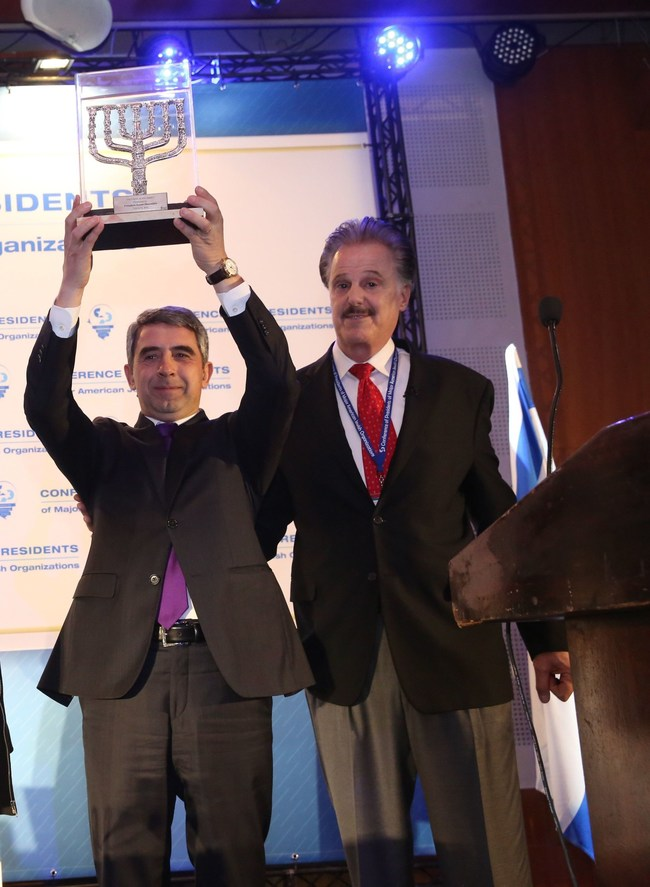 Dr. Mike Evans, founder of Friends of Zion Museum Awards President Plevneliev of Bulgaria at the Conference of Presidents