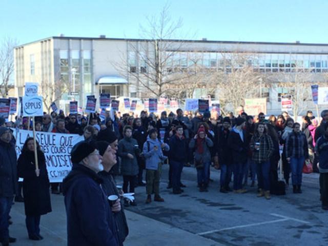 Des membres de toute la communauté universitaire manifestent en appui aux revendications des professeures et professeurs de l'Université de Sherbrooke, qui sont en grève depuis le 7 février dernier. (Groupe CNW/Fédération québécoise des professeures et professeurs d'université)