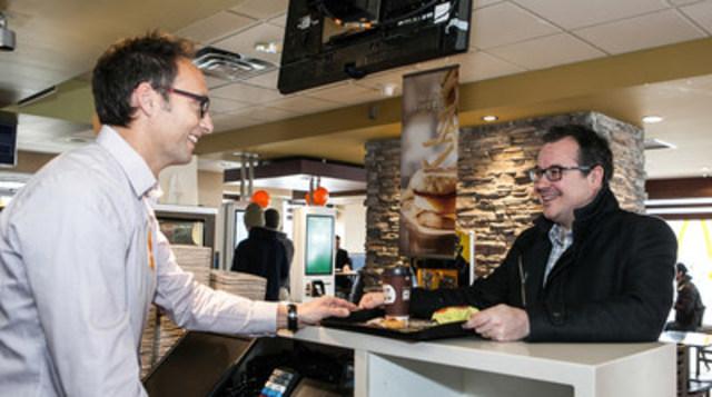 Le 21 février, 11 h 01, heure de Terre-Neuve: Grande première! Billy Hickey savoure le tout premier sandwich Œuf McMuffin® servi officiellement après 11 h 01 au Canada par Trevor Morris, franchisé McDonald's à Terre-Neuve. Par son fuseau horaire, Terre-Neuve est la première province canadienne à servir officiellement la Sélection déjeuner toute la journée après 11 h 01, un nouveau jour se levant sur l'arrivée de cette nouveauté chez McDonald's. (Groupe CNW/McDonald's Canada)