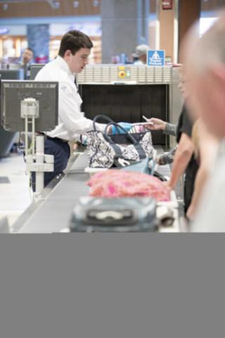 Passagers à une voie de contrôle. (Groupe CNW/Administration canadienne de la sûreté du transport aérien (ACSTA))