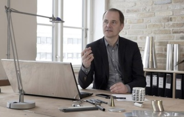 Torsten Valeur, directeur général du studio de conception danois David Lewis Designers, a fait l'éloge du LG G6 à venir en raison de sa conception, centrée sur les éléments essentiels, et de sa beauté, qui transmet une impression de solidité. (Groupe CNW/LG Electronics Canada)