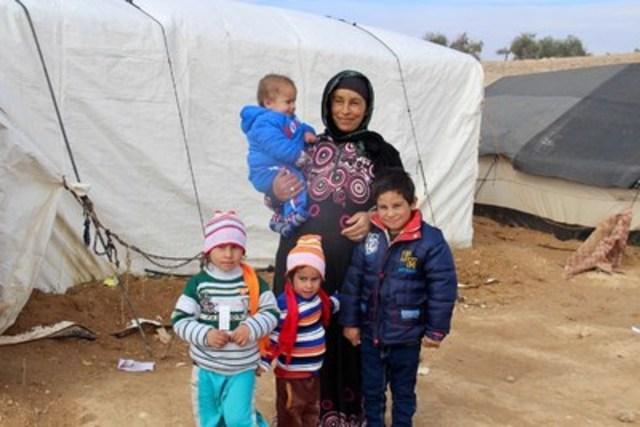 La réfugiée syrienne, Sara, et ses enfants vivent dans un camp de réfugiés informel près de Mafraq, en Jordanie. Ils portent des vêtements d'hiver distribués par l'UNICEF. © UNICEF/UN047908/Carlisle (Groupe CNW/UNICEF Canada)