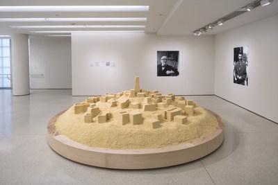 """Kader Attia, Sem título (Ghardaïa), 2009. Cuscuz, duas impressões a tinta e cinco fotocópias, diâmetro do cuscuz: 500 cm; impressões a tinta: 180 x 100 cm e 150 x 100 cm; fotocópias: 150 x 100 cm , Museu Solomon R. Guggenheim, Nova York, Fundo de Compra do Guggenheim UBS MAP, 2015. Visualização da montagem: """"But a Storm Is Blowing from Paradise: Contemporary Art of the Middle East and North Africa"""", Museu Solomon R. Guggenheim, Nova York, 29 de abril a 5 de outubro de 2016. Foto: David Heald"""