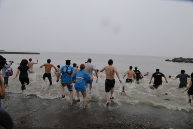 Dippers run into the chilly waters of Lake Ontario at WWF's 2016 Polar Dip. (CNW Group/WWF-Canada)