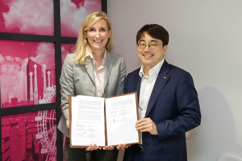 "SK Telecom and Deutsche Telekom agreed to establish ""Quantum Alliance"" to enable secure communication in the age of quantum computing at the Mobile World Congress 2017 in Barcelona. Cha In-hyok, EVP and Head of IoT Business Division, SK Telecom (right), Anette Bronder, Director of Digital Division, T-Systems International (left)"