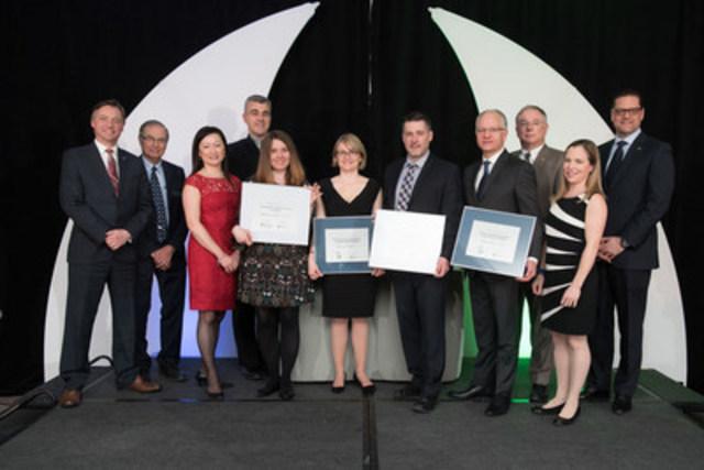 Quatre des six lauréats des bourses Ingénieurs Canada-Manuvie et Ingénieurs Canada–TD Assurance Meloche Monnex 2016 en compagnie des représentants d'Ingénieurs Canada, de Manuvie, de TD Assurance Meloche Monnex, d'Engineers Nova Scotia et de l'APEGA ( Association of Professional Engineers and Geoscientists of Alberta) (Groupe CNW/Ingénieurs Canada)