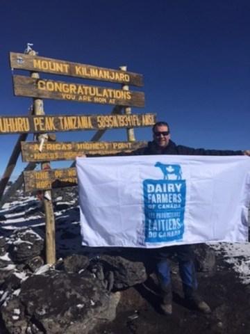 Pierre Lampron, producteur laitier et membre du conseil d'administration des PLC, au sommet du Kilimandjaro (Groupe CNW/Dairy Farmers of Canada)