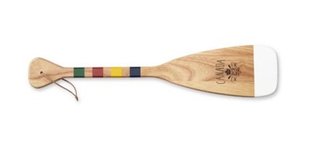 Minipagaie souvenir, 20 $, vendue exclusivement à la Baie d'Hudson, labaie.com. Une partie des recettes tirées de la vente des articles de la collection Grand portage servira à l'achèvement du Grand sentier. (Groupe CNW/la Baie d'Hudson)