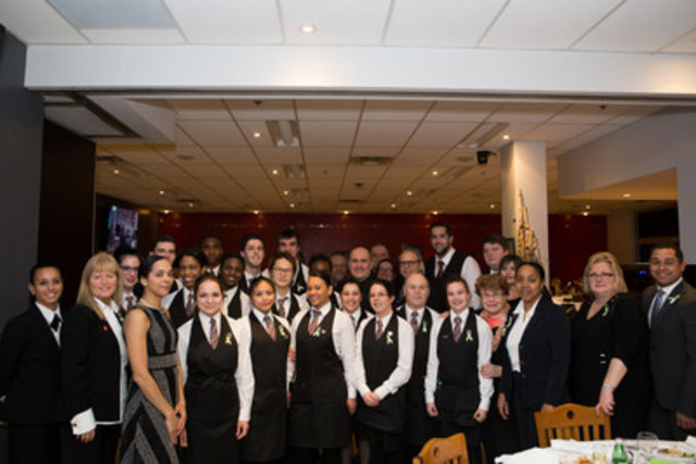 Les élèves de l'École hôtelière de Montréal Calixa-Lavallée ont assuré un service de grande classe. Ils posent en compagnie des personnalités de la table d'honneur du 6e Souper gastronomique. (Groupe CNW/Commission scolaire de la Pointe-de-l'Ile)